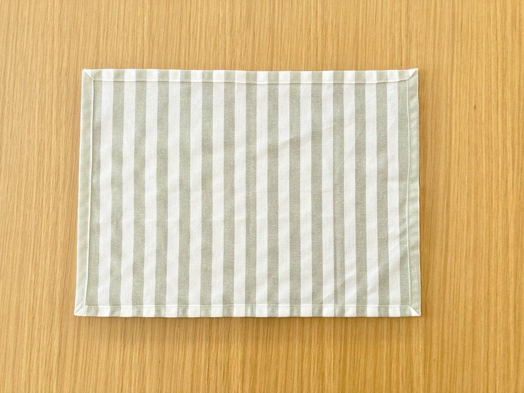 簡単!シンプルな裏地なしランチマットの作り方(額縁縫い)|完成裏側|ハンドメイド初心者のための洋裁メディア縫いナビ|丸石織物
