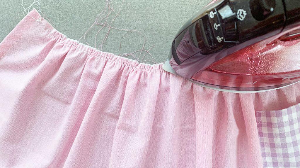 ギャザーエプロンの作り方|ギャザーをアイロンで押さえる|ハンドメイド 初心者のための洋裁メディア縫いナビ|丸石織物