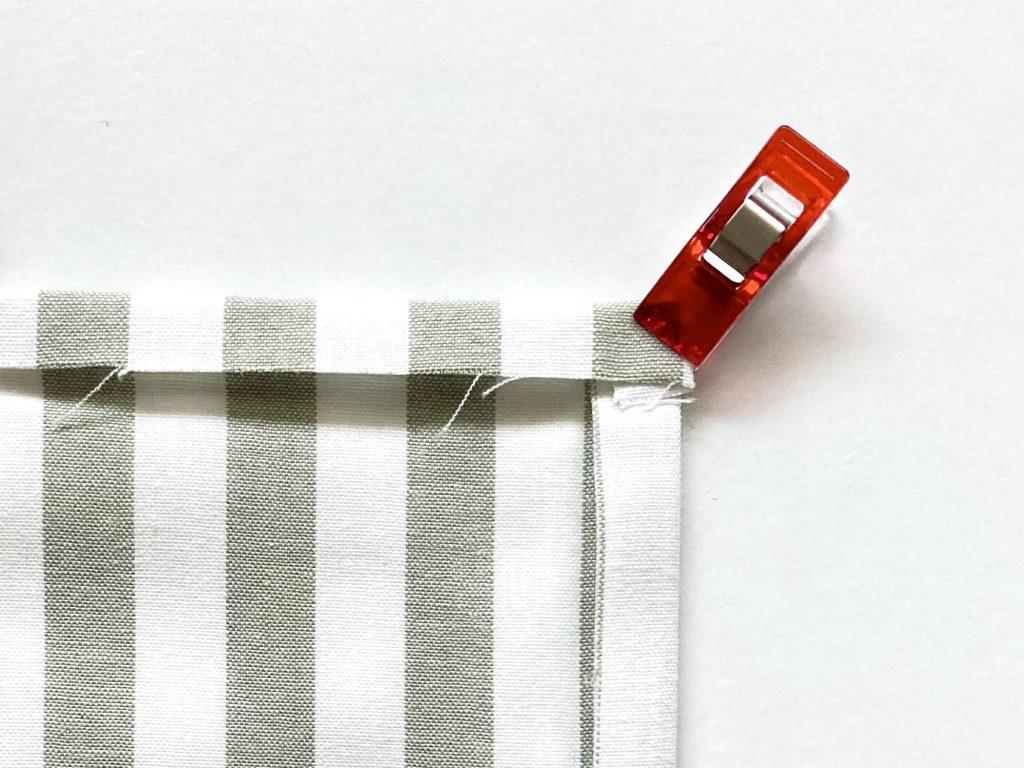 簡単!シンプルな裏地なしランチマットの作り方(額縁縫い)|角を1cmずつ折る|ハンドメイド初心者のための洋裁メディア縫いナビ|丸石織物