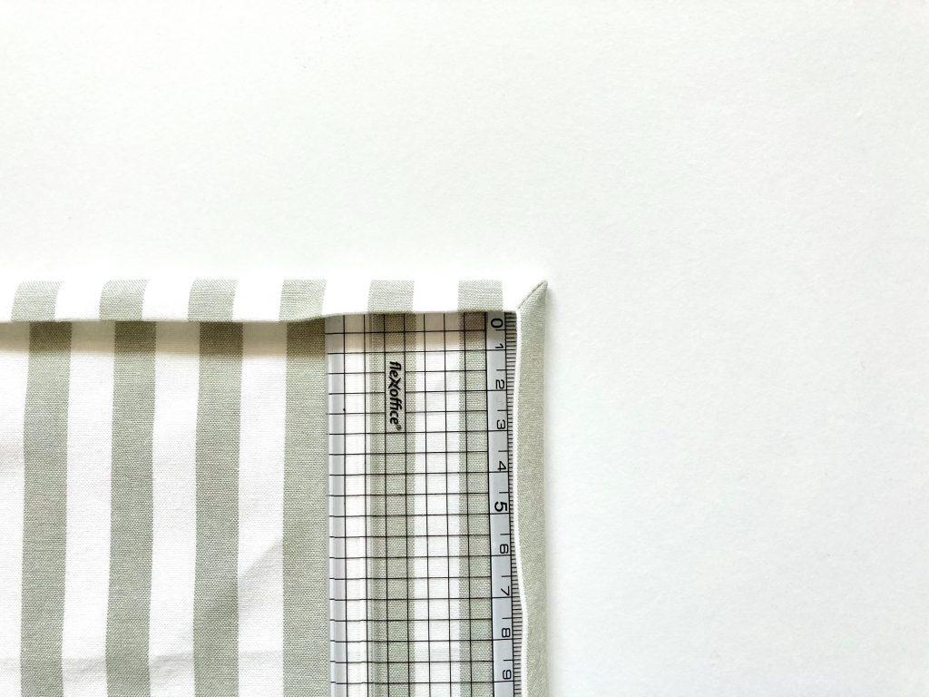 簡単!シンプルな裏地なしランチマットの作り方(額縁縫い)|定規で角を整える|ハンドメイド初心者のための洋裁メディア縫いナビ|丸石織物