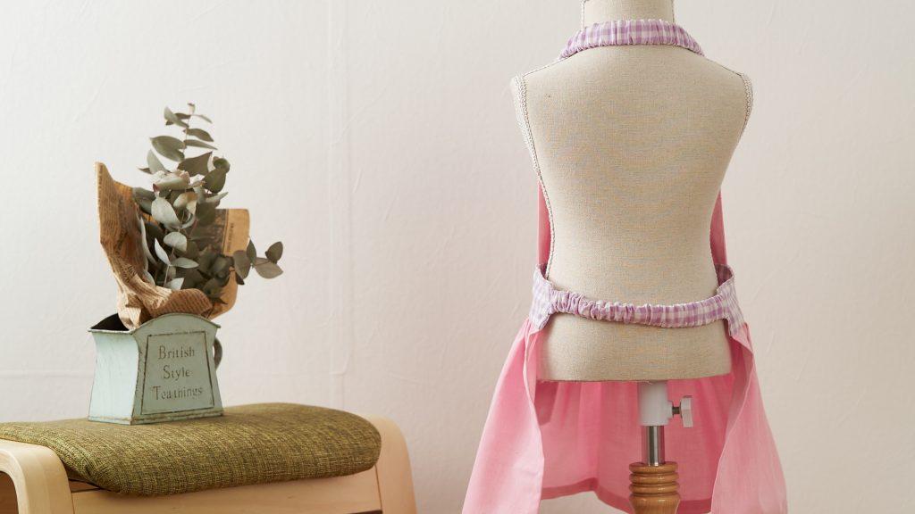 ギャザーエプロンの作り方|完成写真後ろ姿|ハンドメイド 初心者のための洋裁メディア縫いナビ|丸石織物