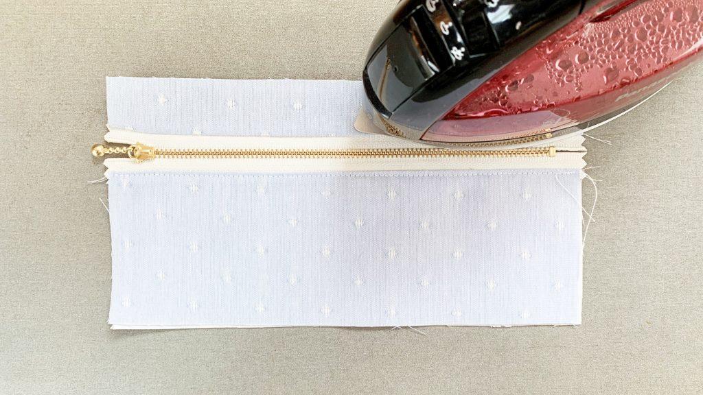 ヘアアクセサリーポーチの作り方|ファスナー上にアイロンをかける|ハンドメイド 初心者のための洋裁メディア縫いナビ|丸石織物