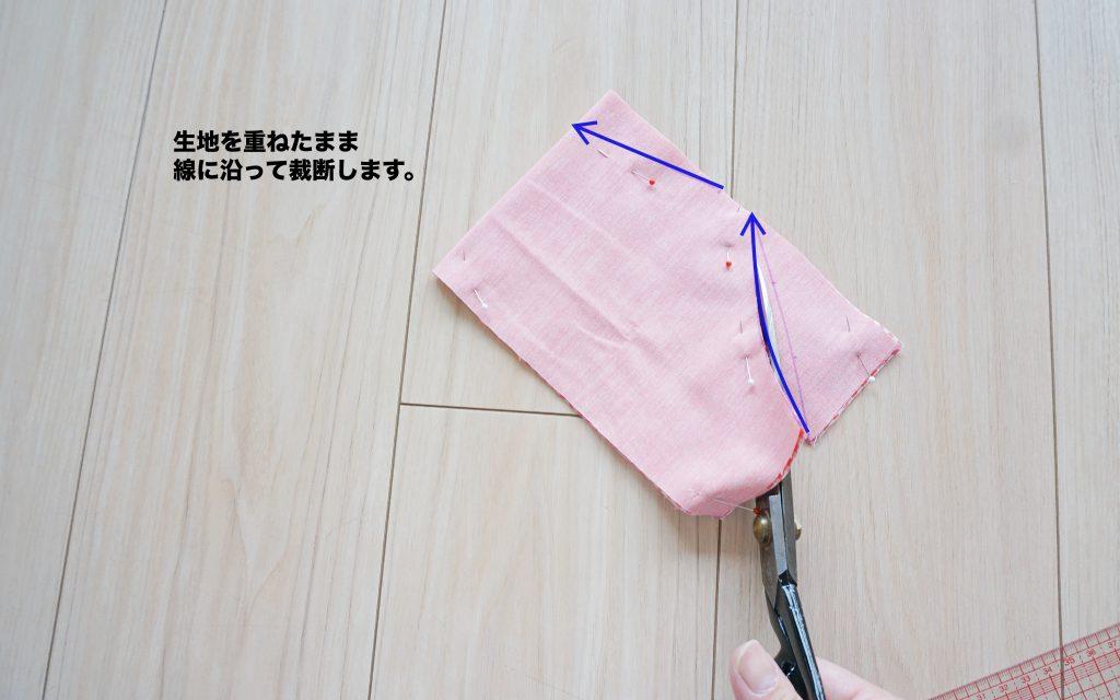 肩紐ゴムがかわいいキャミソール(ビスチェ)の作り方 前身頃裁断しているところ | ハンドメイド初心者向け洋裁メディア縫いナビ | 丸石織物