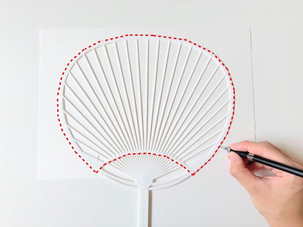 夏休みの工作にもぴったり!はぎれと100均材料で簡単かわいいうちわの作り方|骨の形をラベル用紙に書き写す|ハンドメイド初心者のための洋裁メディア縫いナビ|丸石織物