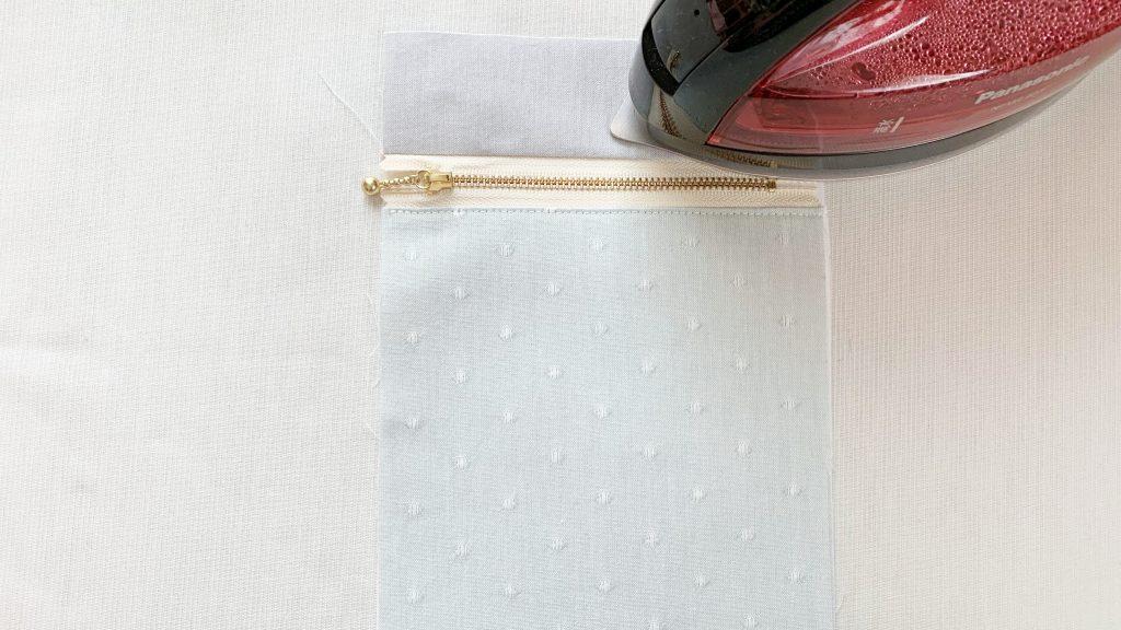 スマホポーチの作り方|ファスナー上布をアイロンで押さえる|ハンドメイド 初心者のための洋裁メディア縫いナビ|丸石織物
