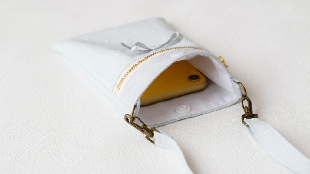 スマホポーチの作り方|ポケットにスマホ入れている完成写真|ハンドメイド 初心者のための洋裁メディア縫いナビ|丸石織物