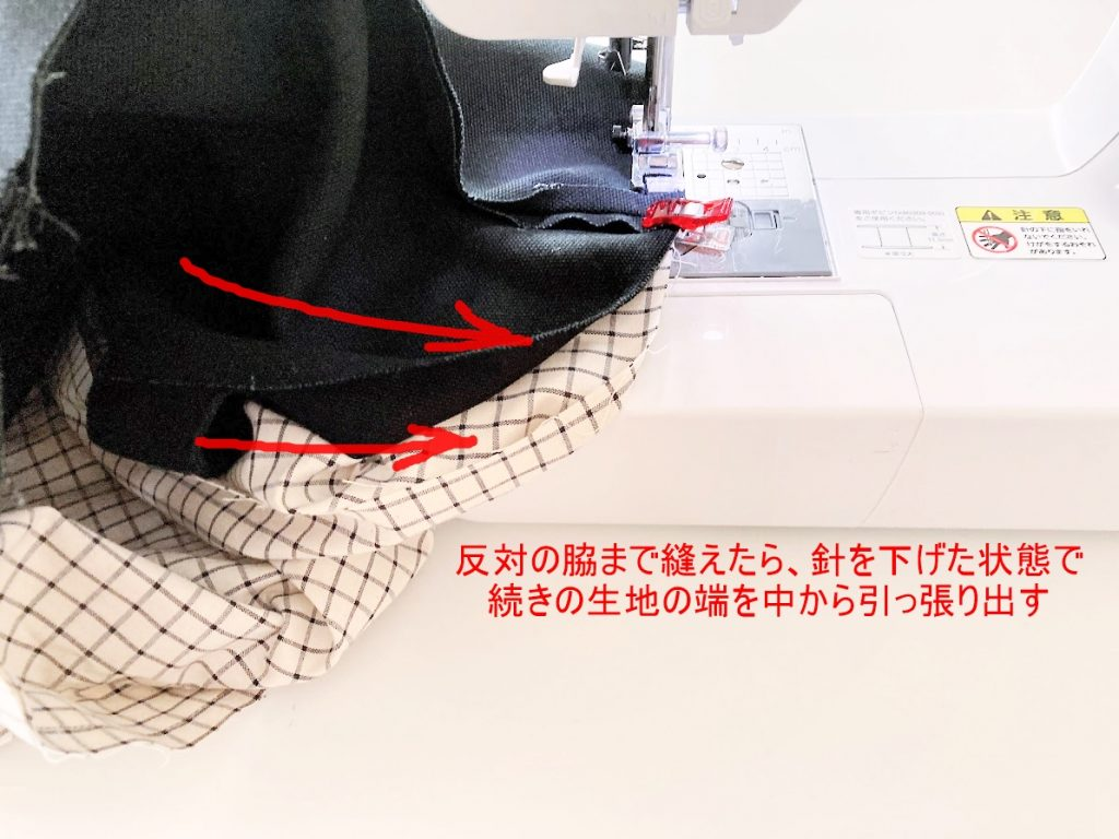 1mの8号帆布で作る!簡単シンプルな外マチ大判トートバッグの作り方|反対の脇まで縫えたら中から生地を引っ張り出す|ハンドメイド初心者のための洋裁メディア縫いナビ|丸石織物