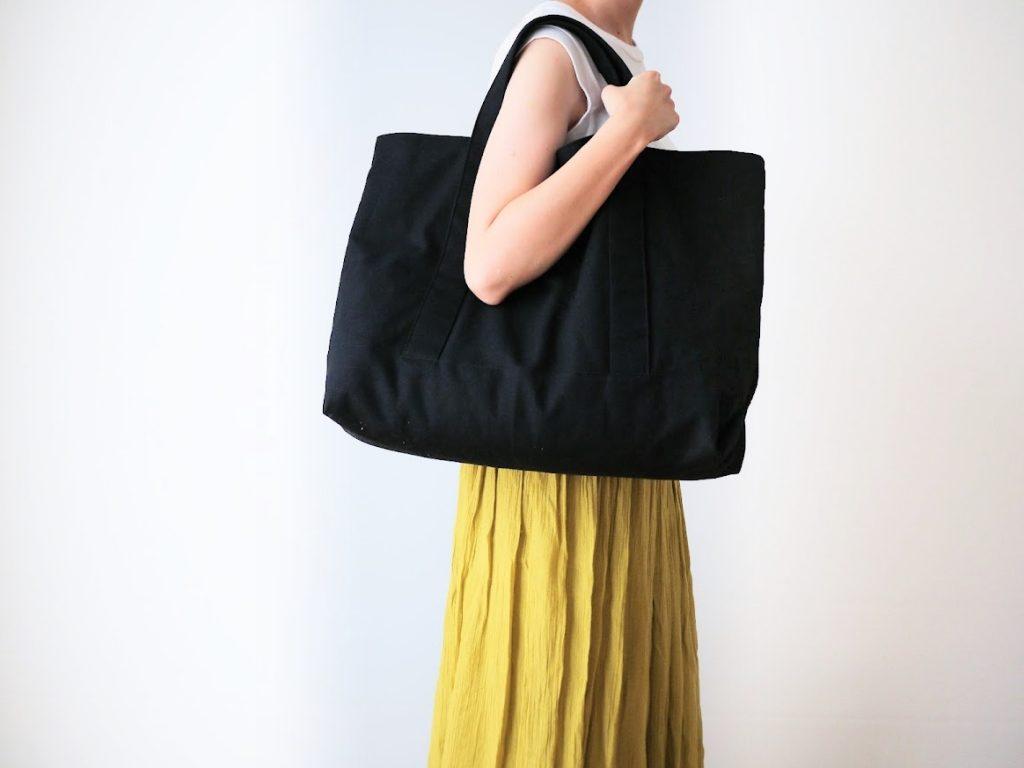 1mの8号帆布で作る!簡単シンプルな外マチ大判トートバッグの作り方|着画肩にかける|ハンドメイド初心者のための洋裁メディア縫いナビ|丸石織物