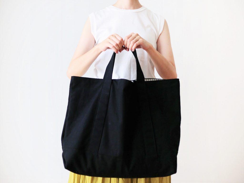 1mの8号帆布で作る!簡単シンプルな外マチ大判トートバッグの作り方|着画手で持つ|ハンドメイド初心者のための洋裁メディア縫いナビ|丸石織物